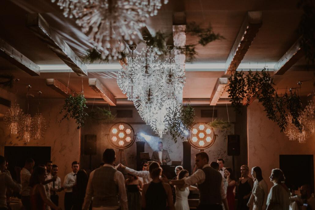 DJ na wesele w stylu boho | najlepsze oświetlenie retro | bawiący się goście na weselu